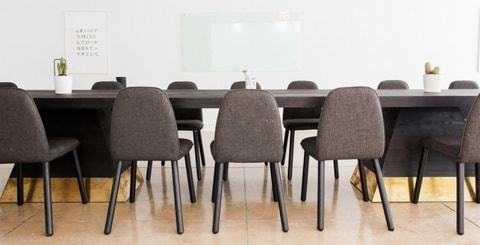 Lege vergadertafel- Mediation en medezeggenschap